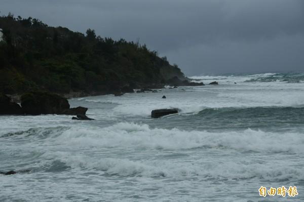 南部海域烏雲密布,朗高近3米,大雨欲來。(記者蔡宗憲攝)