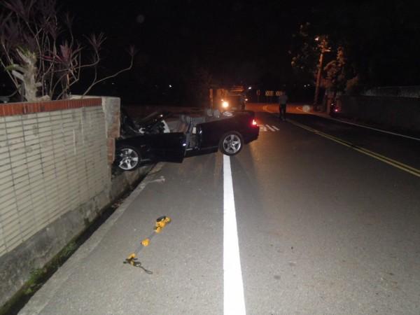 酒醉男的敞篷轎跑車,撞破民宅圍牆。(民眾提供)