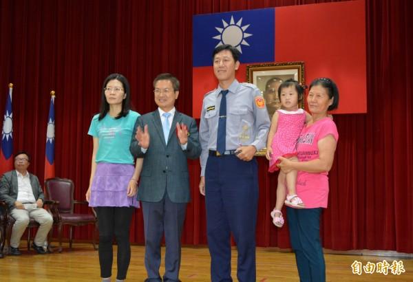 今年彰警首創,有功員警與眷屬一起上台接受彰化縣長魏明谷(左2)頒獎表揚。(記者湯世名攝)