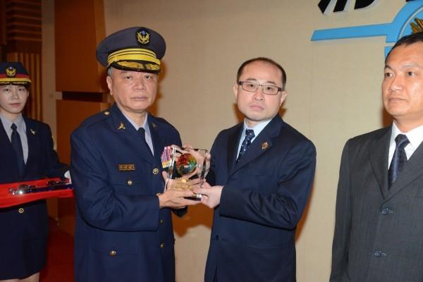 刑事局長蔡蒼柏表揚全國模範警察偵查第九大隊隊長陳詰昌。(記者邱俊福翻攝)