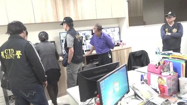 警方搜索汽旅辦公室監視器。(記者黃良傑翻攝)