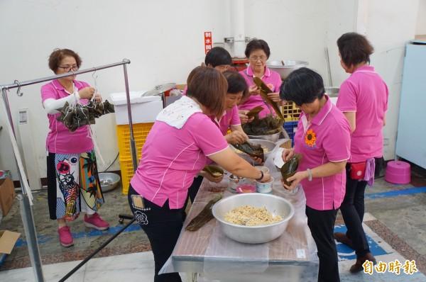 「日頭花姐妹協會」姐妹綁了近500顆肉粽。(記者詹士弘攝)