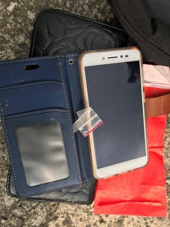 警方在林嫌女友手機皮套內夾層,取出1小包二級毒品安非他命。(記者蘇福男翻攝)