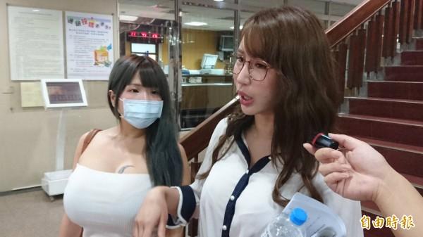 辣模辛尤里(右)告女網友妨害名譽,今由女性友人陪同到庭,被告卻未現身。(記者溫于德攝)