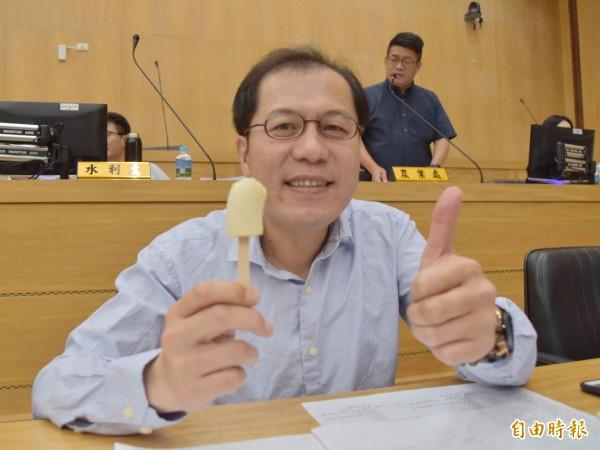 嘉義縣副縣長吳芳銘稱讚台灣香蕉冰棒好吃。(記者蔡宗勳攝)