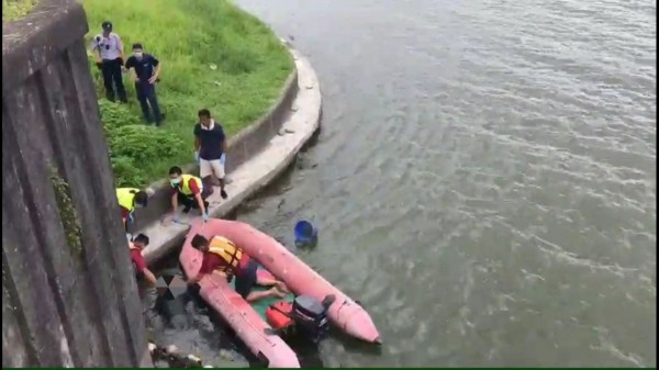 宜蘭縣利澤簡橋上游冬山河水域今天中午發現一具女性浮屍,消防人員出動橡皮艇打撈上岸。(記者江志雄翻攝)