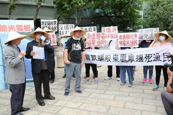 台南海岸資源促進會會長陳皇州(左二)率養殖戶到大同總公司抗議。(記者王冠仁翻攝)