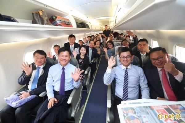 台中市長林佳龍率領市府主管搭乘華信航空台中東京首航班機,出發到東京宣花博。(記者歐素美攝)