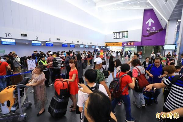 華信航空台中到東京首航,吸引許多民眾「搶鮮」搭乘。(記者歐素美攝)