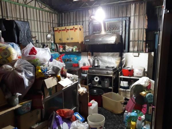 廚房內堆滿易燃物品,差點釀成大禍。(記者洪臣宏翻攝)