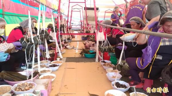 褒忠鄉動員上百名婦女會及志工媽媽包粽子,今年打破紀錄要送出2萬5000顆。(記者廖淑玲攝)