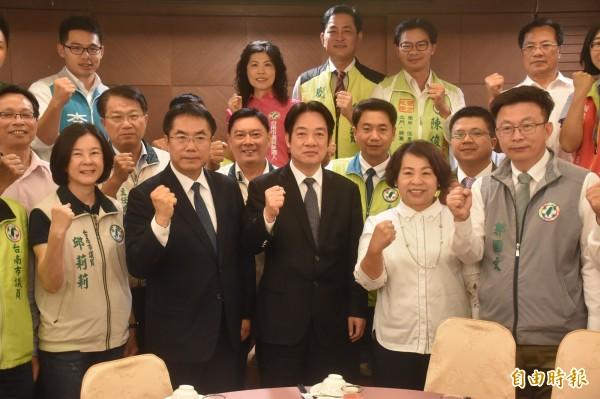 賴清德6月初與20多名民進黨南市議員吃飯,並在媒體面前公開力挺黃偉哲。(資料照)