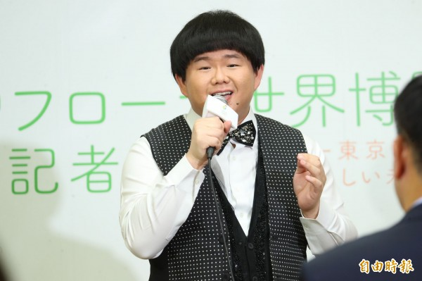 林佳龍邀請日本友人逛花博,小胖林育群跨海獻唱讚聲。(記者黃鐘山攝)