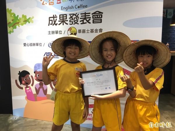 台中大秀國小小朋友化身小小農夫製作桑椹果醬義賣,幫助馬拉威小朋友。(記者楊綿傑攝)