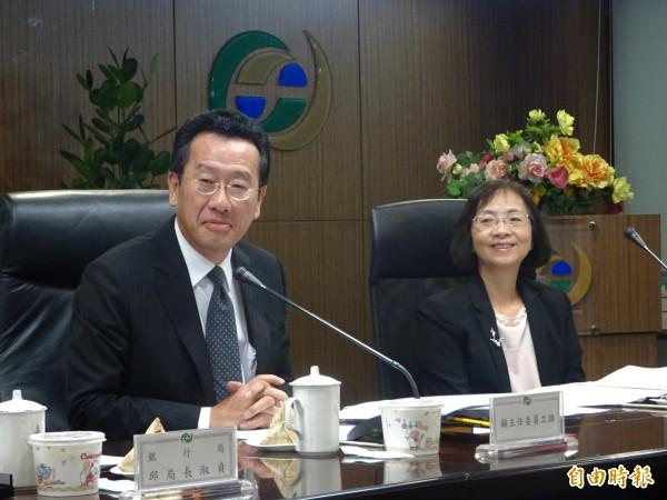 金管會主委顧立雄(左)今天宣示,將打造台灣為「國際理財平台」,並將祭出三大策略(記者王孟倫攝)