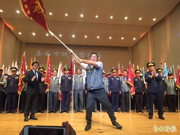 台南市警察局舉辦警察節慶祝大會,卻因為分局長踏步上台授旗,遭名嘴批評是猴戲。(記者王捷攝)