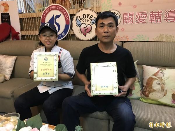 陳嘉智(左)、黃志吉(右)克服障礙畢業,奮戰精神動人,校方將公開表揚。(記者洪臣宏攝)