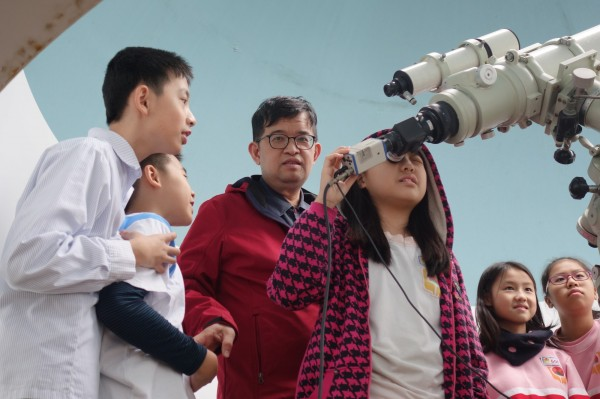 榮富國小老師謝慶昌熱愛觀測星象,常指導學生如何使用天文望遠鏡觀星。(榮富國小提供)