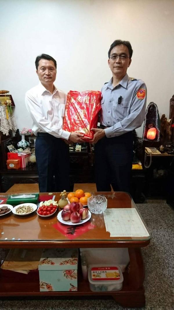 許文福(左)之前因病就醫,麻豆分局長楊青垂(右)去探望。(記者楊金城翻攝)