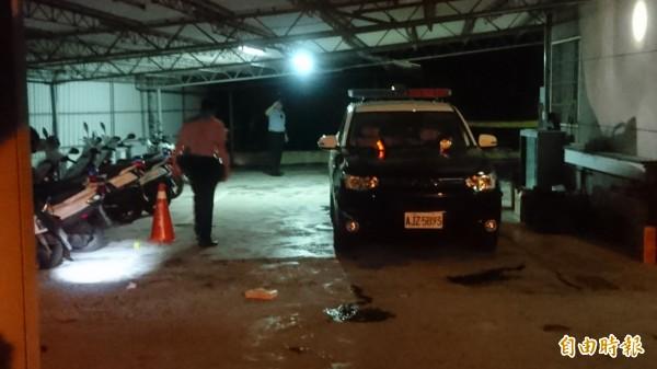 麻豆警分局警備隊長許文福在埤頭派出所後方停車處舉槍自盡,送醫急救,台南市刑事鑑識中心人員到現場採證。(記者楊金城攝)