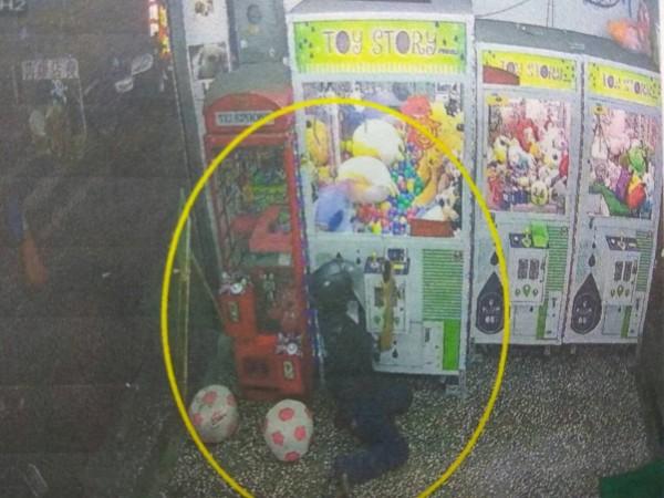 黃姓男子堅持要史迪奇,凹手伸入娃娃機扯出約30公分高的史迪奇娃娃。(記者王捷翻攝)