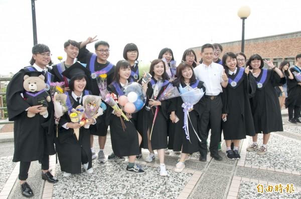 靜宜大學畢業典禮,畢業生與師長合影。(記者張軒哲攝)