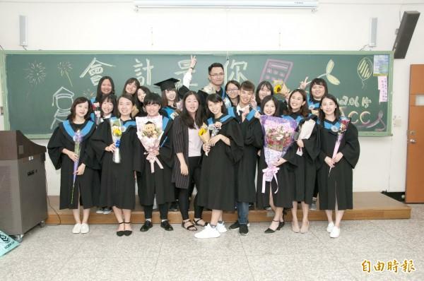 靜宜大學畢業生與師長合影。(記者張軒哲攝)