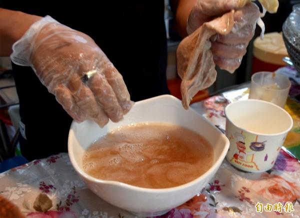 天然愛玉用搓的和「洗」出來。(記者李容萍攝)