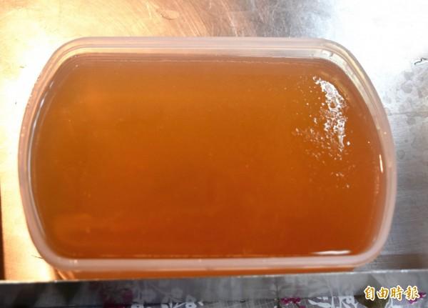 橙黃透明的手工愛玉。(記者李容萍攝)