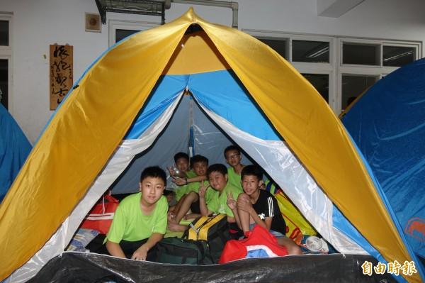 彰化市民生國小應屆畢業生,興奮在校園搭帳篷住一晚。(記者劉曉欣攝)