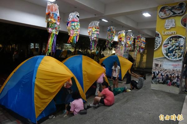 彰化市民生國小百年來第一次,畢業生宿營在校園。(記者劉曉欣攝)