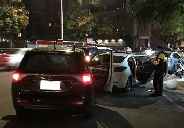 許男駕駛白色汽車(右),倒車衝撞後方警車(左),法院判他無罪。(記者張瑞楨翻攝)