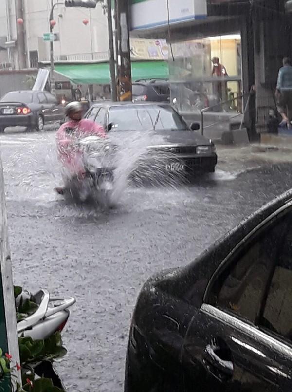安中路段的巷子內一直是淹水常見路段。(翻攝自我住安南區)