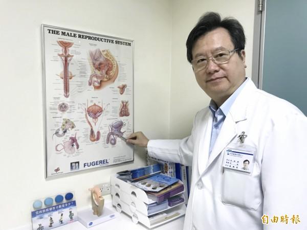 烏日林新醫院外科部暨泌尿科主任張賜祥表示,結紮後可進行輸精管結紮逆轉手術恢復生育力(記者蘇金鳳攝)