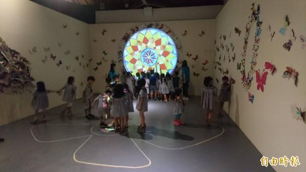 蝴蝶計畫集結來自全世界孩童創作的蝴蝶剪紙。(記者楊金城攝)