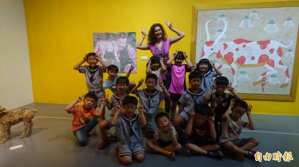 紐約藝術家蜜凱拉·馬泰羅(後)在蕭壠文化園區駐村創作很快樂。(記者楊金城攝)