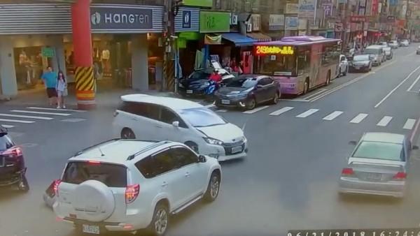 41歲高姓男子撞擊車輛後肇事逃逸。(記者陳薏云翻攝)