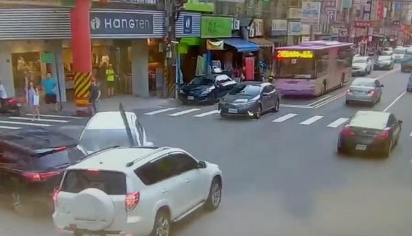 高男從巷口違規右轉,撞上2輛汽車。(記者陳薏云翻攝)