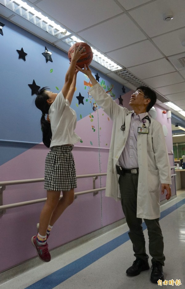 打籃球等跳躍運動有助長高。(記者蔡淑媛攝)
