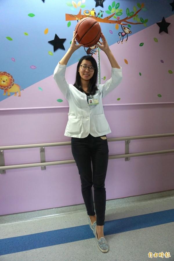 醫師游棛婷從小早睡又愛打球,長高到170公分。(記者蔡淑媛攝)