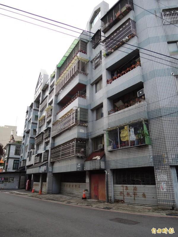 男童懸空卡頸的大樓,是一棟6樓高的集合式公寓。(記者李立法攝)