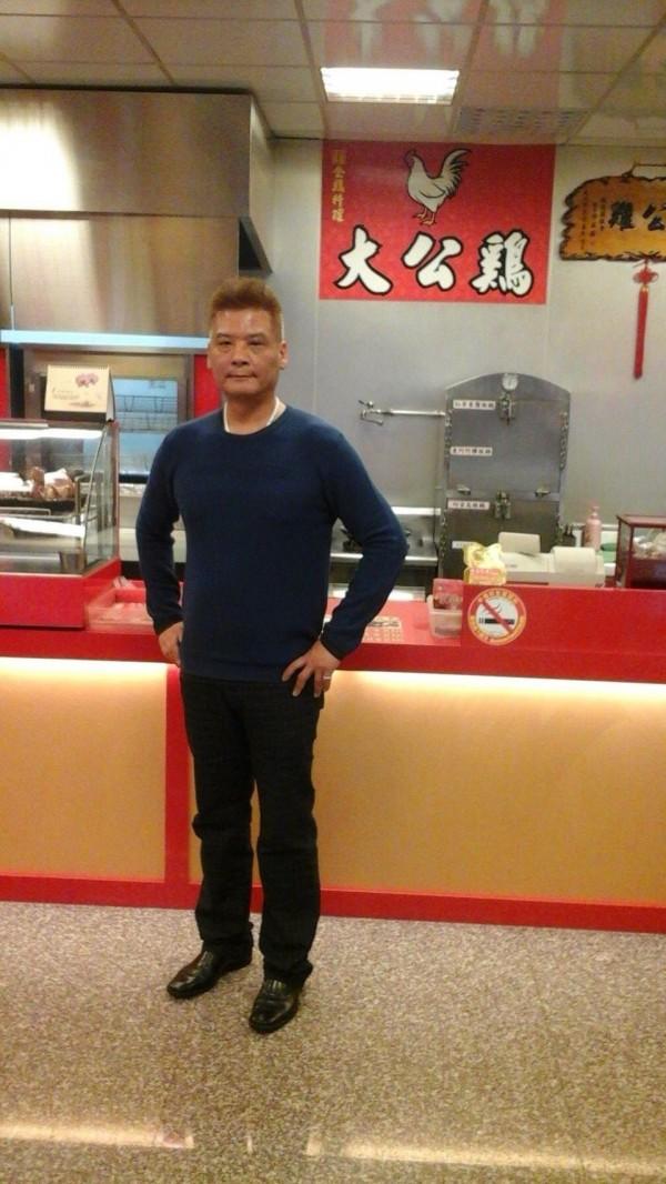 陳星文經營大公雞餐廳。(圖擷取自陳臉書)