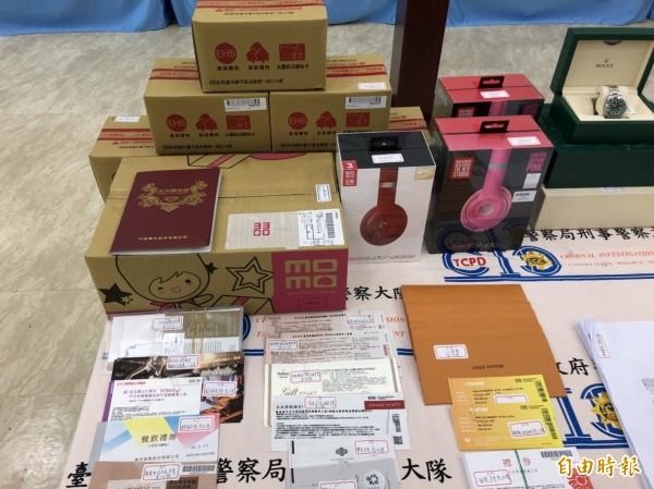警方在陳家中查扣大批餐券、禮券等商品。(記者王冠仁攝)