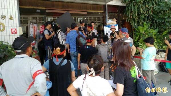亞泥今天上午舉行股東會,環保團體及反亞泥的原住民團體到會場抗議,最後欲衝進會場未果,氣氛緊張。(記者劉力仁攝)