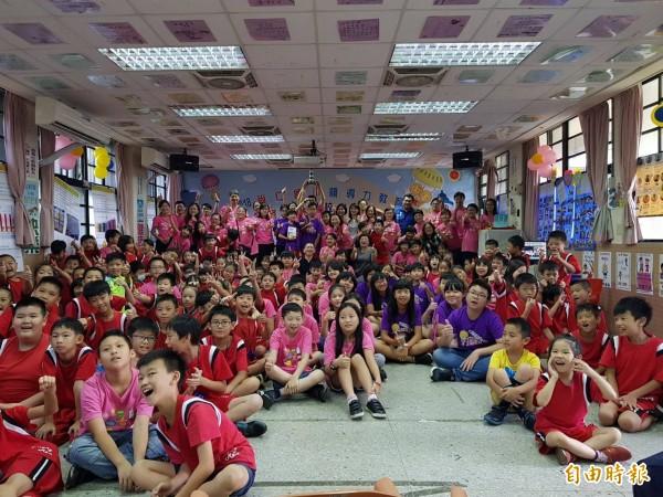 基隆市尚仁國小獲得領導力燈塔學校,全校師生、家長共同開心合影留念。(記者俞肇福攝)