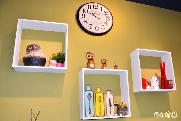 貓頭鷹是店家的吉祥物,有系列的相關意象擺飾品。(記者吳俊鋒攝)