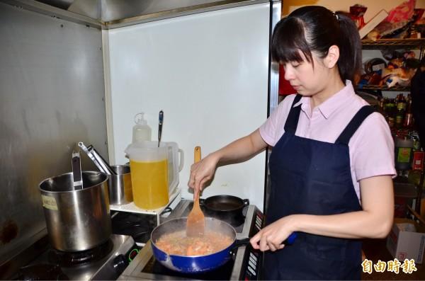 老闆兼大廚的美女江敏菁。(記者吳俊鋒攝)