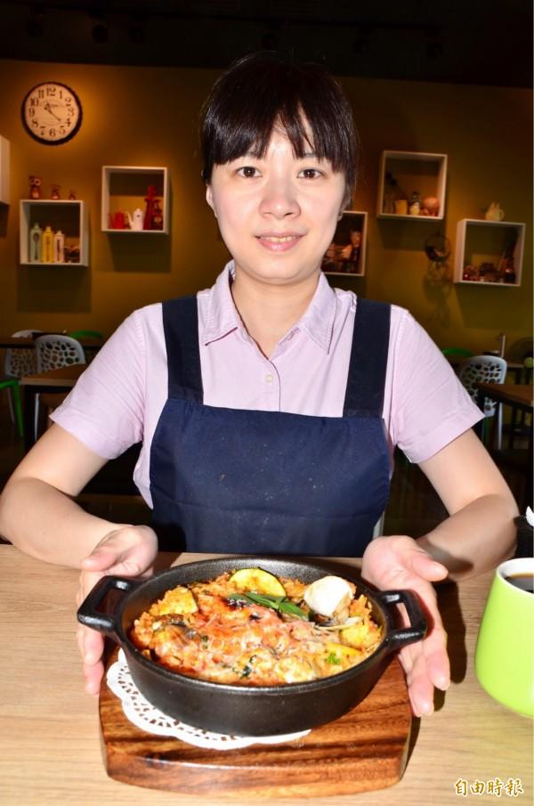 江敏菁内外場一手打理,美女上菜。(記者吳俊鋒攝)