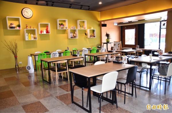 豆豆咖啡的座位擺設不擁擠,用餐空間舒適。(記者吳俊鋒攝)
