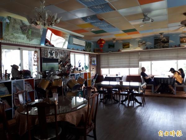 新竹市位在中華路五段朝山社區臨海的林記滷味,除滷味好吃,更有景觀餐廳,可欣賞香山濕地無敵海景和夕照,還可品嚐風味滷味套餐和欣賞各種老文物,讓身心靈及味覺都飽足。(記者洪美秀攝)